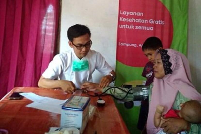 Pemeriksaan kesehatan gratis bagi warga Desa Retno Basuki, Kecamatan Rumbia, Lampung.