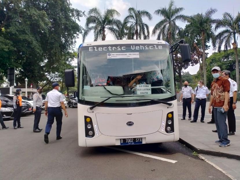 Pemerintah Kota (Pemkot) Bogor menerima pinjaman bus elektrik BYD di Balai Kota Bogor, Selasa (3/8) untuk digunakan sebulan ke depan.