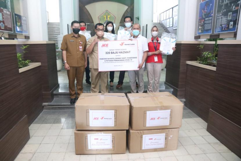 Pemerintah Kota (Pemkot) Malang menerima bantuan hazmat dari PT Ace Hardware Malang di Balai Kota Malang, Selasa (13/4).