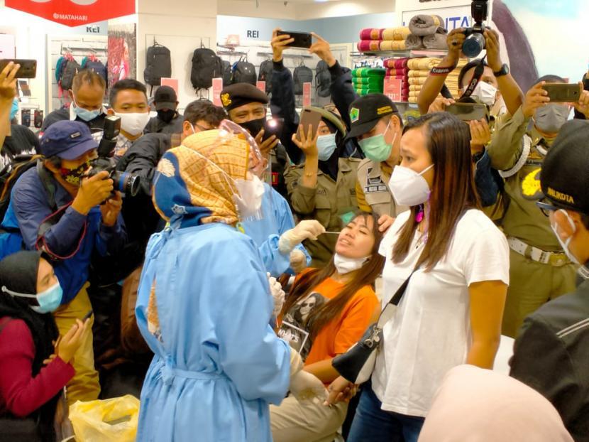 Pemerintah Kota (Pemkot) Malang mengadakan rapid test antigen secara acak di Matahari Departement Store, Klojen, Kota Malang, Selasa (11/5