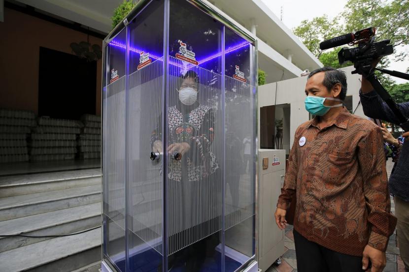 pemerintah kota pemkot surabaya bekerja sama dengan institut teknologi 200321165824 144 - Tri Rismaharini Dengan Bilik Disinfektannya