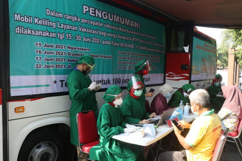 Pemerintah Kota Solo melakukan jemput bola vaksinasi Covid-19 dengan mengoperasionalkan layanan mobil keliling mulai Selasa (15/6).