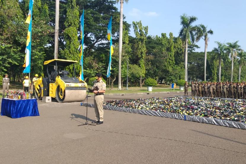 Pemerintah Provinsi DKI Jakarta memusnahkan 18.174 botol minuman keras (miras) di Lapangan Silang Monas Tenggara, Jakarta Pusat Senin (27/5) pagi.