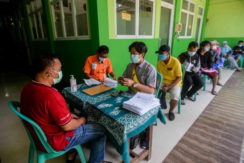 Pemerintah provinsi DKI Jakarta menyalurkan BST periode Mei dan Juni 2021 sebesar Rp 600 ribu bagi Keluarga Penerima Manfaat (KPM) yang terdampak pandemi Covid-19.