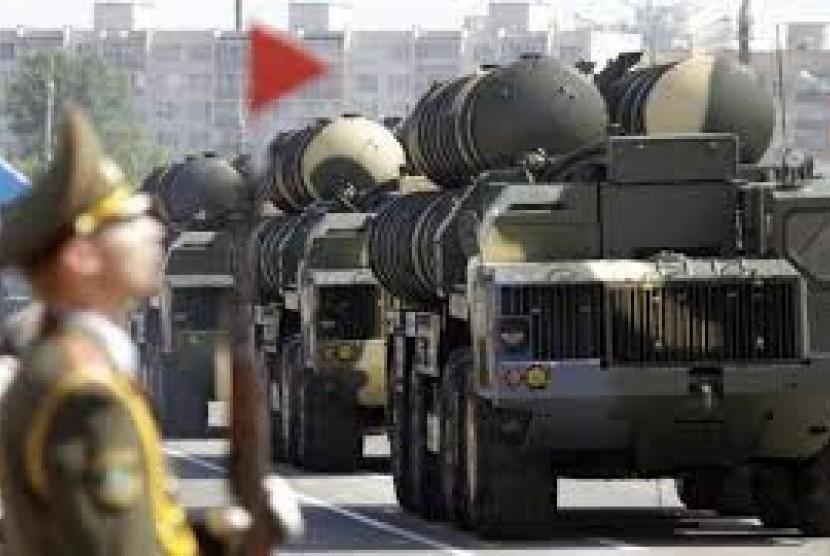 Pemerintah Rusia menjual rudal S-300 ke Iran.