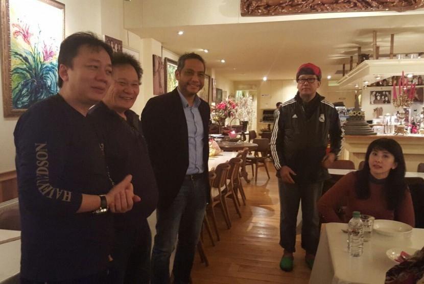 Pemilik Desa Restaurant Amsterdam Effendi Ali atau Ayun (kedua dari kiri) saat menerima rombongan turis asal Indonesia.