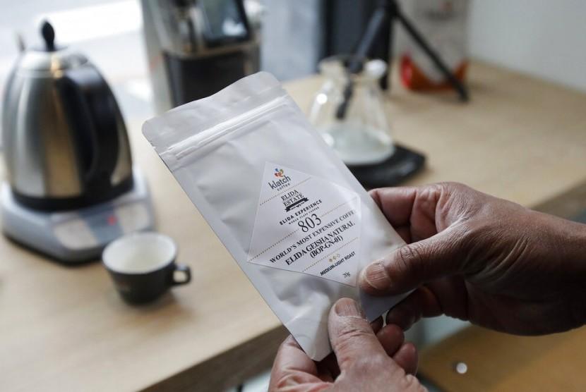 Pemilik Klatch Coffee memegang sekantung biji kopi termahal dunia yaitu Elida Natural Geisha 803.