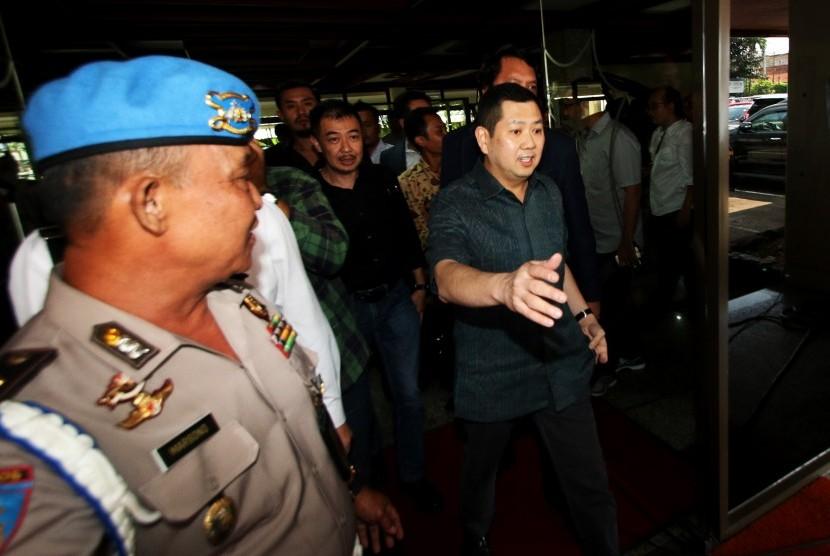 Pemilik MNC Group, Hary Tanoesoedibjo (kanan) meninggalkan ruangan seusai menjalani pemeriksaan di Direktorat Tindak Pidana Siber, Bareskrim Polri, Jakarta, Senin (12/6).