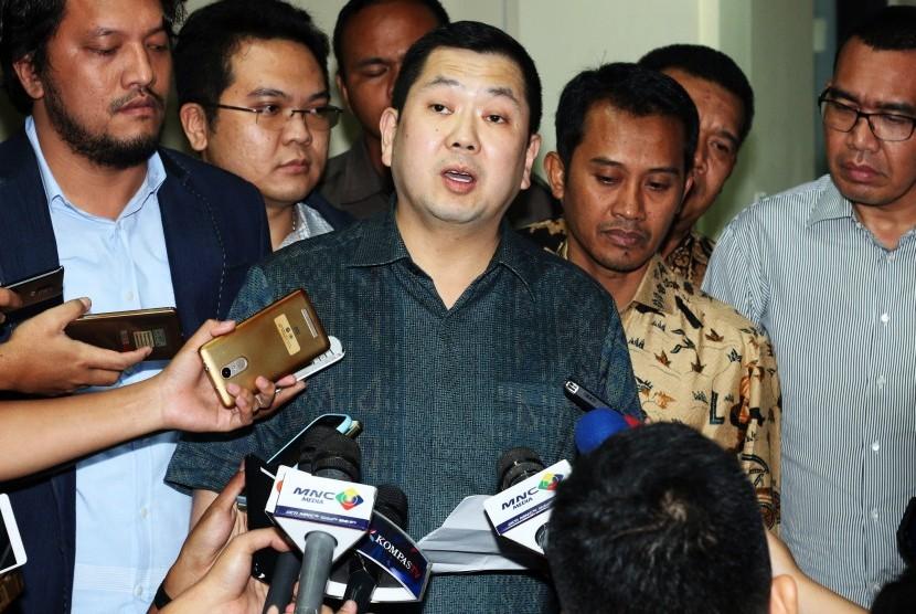 Pemilik MNC Group, Hary Tanoesoedibjo menjawab pertanyaan wartawan seusai menjalani pemeriksaan di Direktorat Tindak Pidana Siber, Bareskrim Polri, Jakarta, Senin (12/6).
