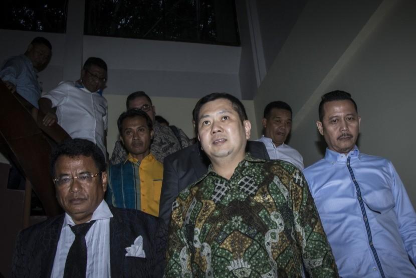 Pemilik MNC Group Hary Tanoesoedibjo (tengah) bergegas seusai menjalani pemeriksaan di Direktorat Tindak Pidana Siber Bareskrim Polri, Jakarta, Jumat (7/7).