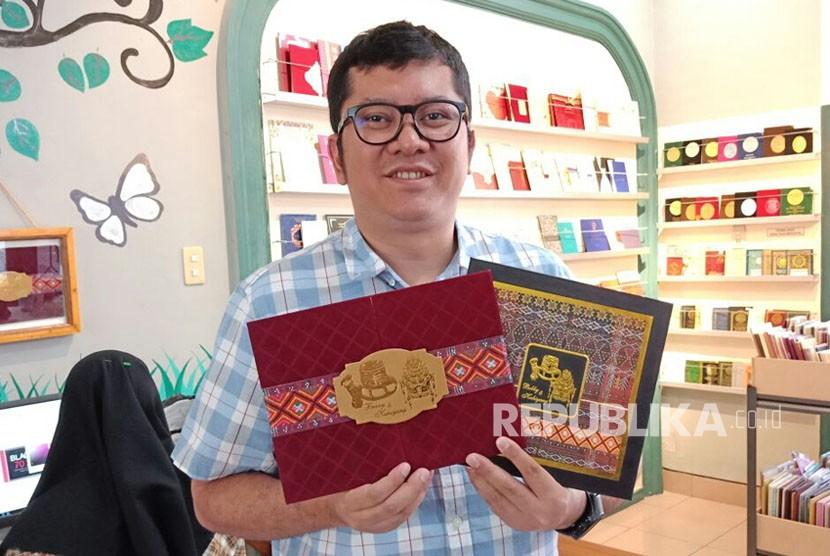 Pemilik percetakan menunjukkan undangan Bobby-Kahiyang untuk acara adat dan resepsi umum di Medan. Motif ulos pada dua undangan ini menggunakan ulos peninggalan almarhum ayah Bobby, Erwin Nasution.