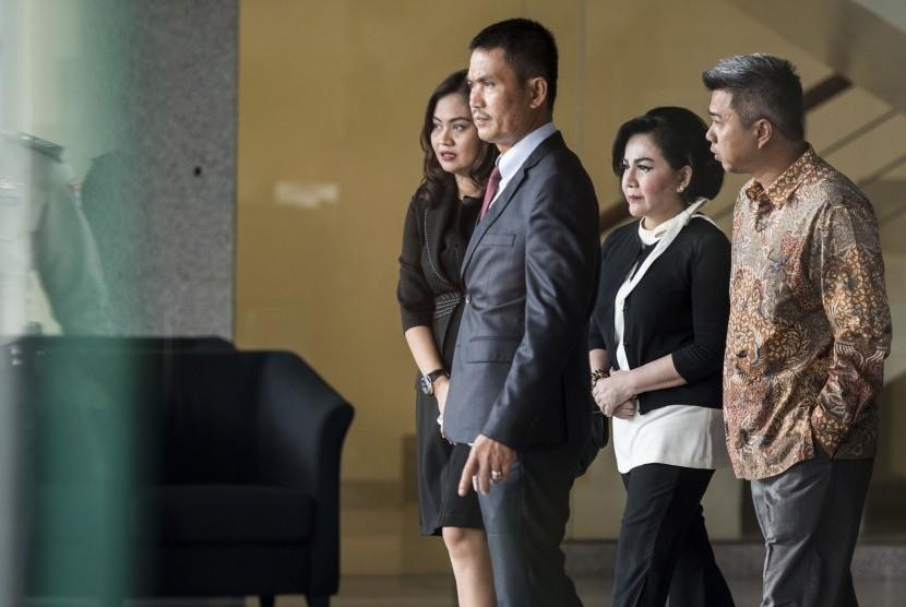 Pemilik PT Bukit Alam Surya Artalyta Suryani alias Ayin (kedua kanan) berjalan keluar seusai menjalani pemeriksaan di gedung KPK, Jakarta, Rabu (31/5).