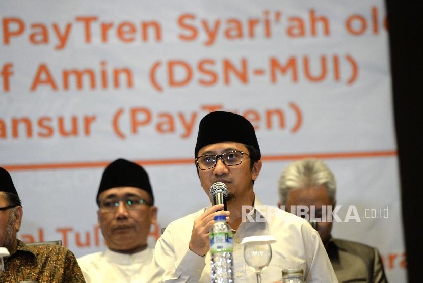 Pemilik PT Veritra Sentosa Internasional (VSI) atau PayTren, Yusuf Mansur (kanan) memberikan sambutan saat penyerahan Sertifikat Syariah DSN- MUI oleh MUI di Bogor, Jawa Barat, Senin (7/8).