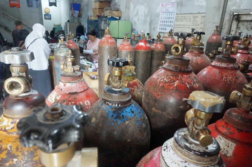 Pemilik usaha melayani transaksi pelanggannya di salah satu agen pengisian gas oksigen di Tulungagung, Jawa Timur. (ilustrasi)