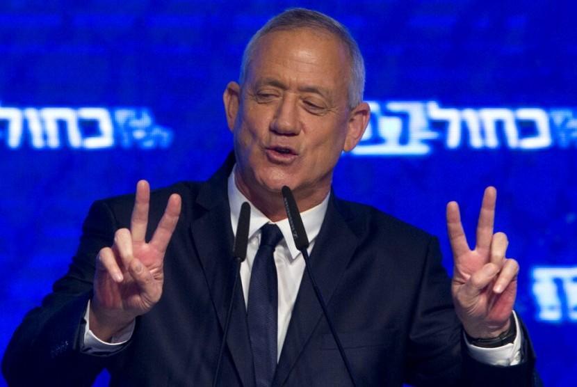 Pemimpin aliansi politik Blue and White Benny Gantz di hadapan pendukungnya setelah pemilu berakhir di Tel Aviv, Israel, Rabu (10/4).