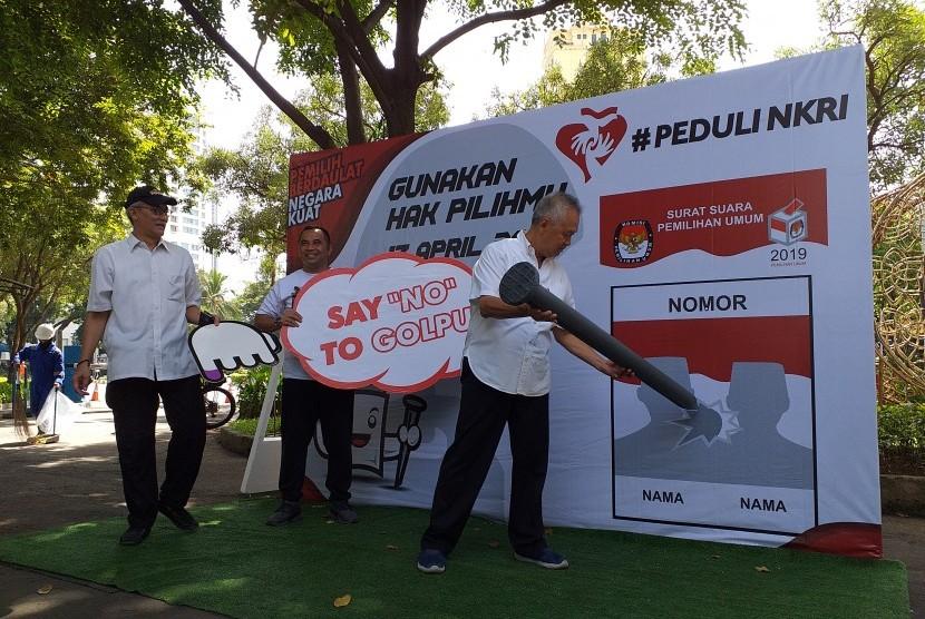 Pemimpin Artha Graha Group (AGG) Tomy Winata (kanan) didampingi Ketua Harian Artha Graha Peduli (AGP) Heka Hertanto (kiri) mengajak masyarakat untuk menggunakan hak pilih di Pemilu 2019. Ajakan ini Tomy Sampaikan dalam kegiatan Pesta Rakyat 'Say No To Golput' di SCBD, Jakarta, Sabtu (13/4).