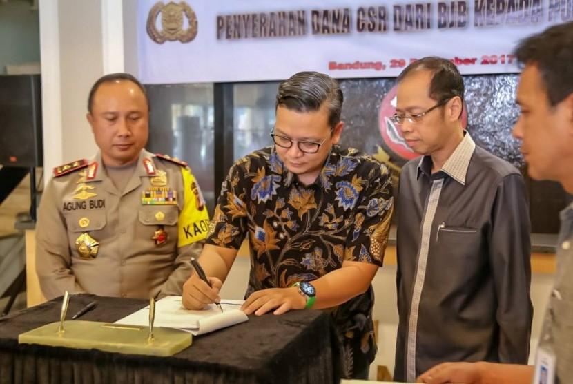 Pemimpin Divisi Corporate Secretary bank bjb Hakim Putratama (tengah) menandatangani penyerahan dana CSR pembangunan Masjid Mapolda Jabar dengan Kapolda Jawa Barat Irjen Pol Drs Agung Budi Maryoto, M.Si (kiri) yang didampingi Direktur Utama bank bjb Ahmad Irfan (kanan).