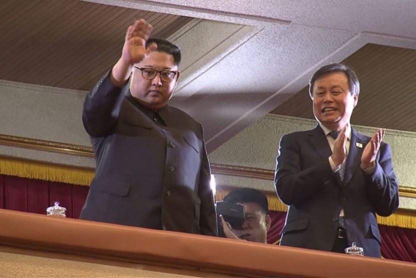 Pemimpin Korea Utara Kim Jong-un menghadiri pertunjukan girlband Korea Selatan di Pyongyang, Ahad (1/4).