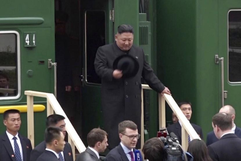 Pemimpin Korea Utara (Korut) Kim Jong-un tiba di Stasiun Kereta Khasan di kawasan Primorye, Rusia, Rabu (24/4).