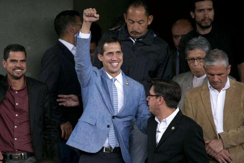 Pemimpin Majelis Nasional Juan Guaido memproklamirkan diri sebagai presiden sementara Venezuela di Central University of Venezuela di Caracas, Jumat (8/2).