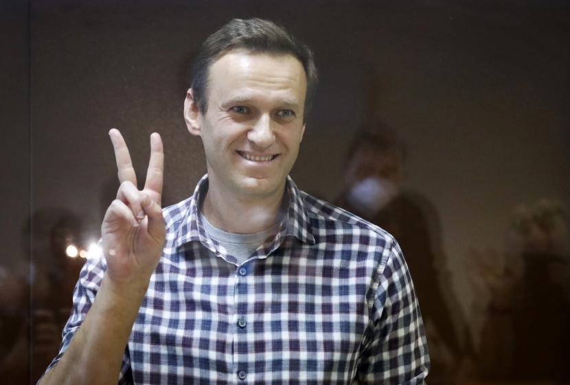 Pemimpin oposisi Rusia Alexei Navalny memberi isyarat saat dia berdiri di dalam sangkar di Pengadilan Distrik Babuskinsky di Moskow, Rusia, Sabtu, 20 Februari 2021. Dua persidangan terhadap Navalny akan diadakan: Pengadilan Kota Moskow akan mempertimbangkan banding terhadap pemenjaraannya di kasus penggelapan dan Pengadilan Distrik Babushkinsky akan mengumumkan putusan dalam kasus pencemaran nama baik.