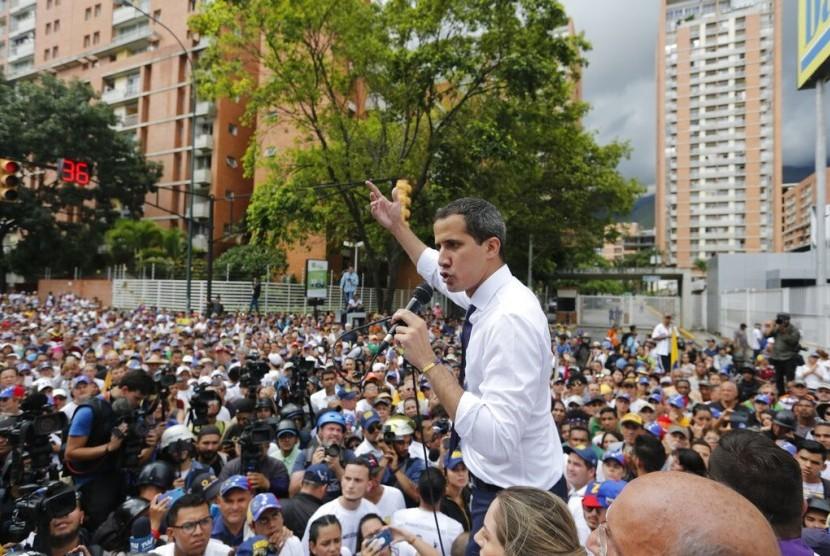 Pemimpin oposisi Venezuela Juan Guaido berbicara kepada pendukungnya saat unjuk rasa memperingati Hari Kemerdekaan Venezuela di Caracas, Venezuela, Jumat (5/7).