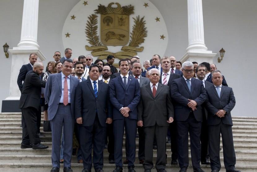 Pemimpin oposisi Venezuela Juan Guaido (tengah depan)