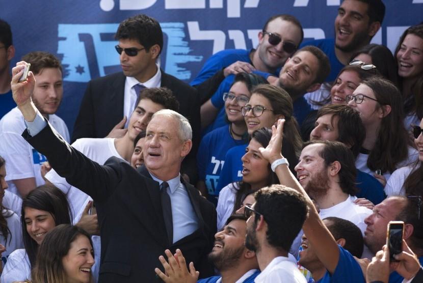 Pemimpin Partai Blue and White Benny Gantz berswafoto dengan pendukungnya saat kampanye di Tel Aviv, Israel, Senin (8/4). Gantz berhadapan langsung dengan Perdana Menteri Israel Benjamin Netanyahu dalam pemilu, 9 April 2019.
