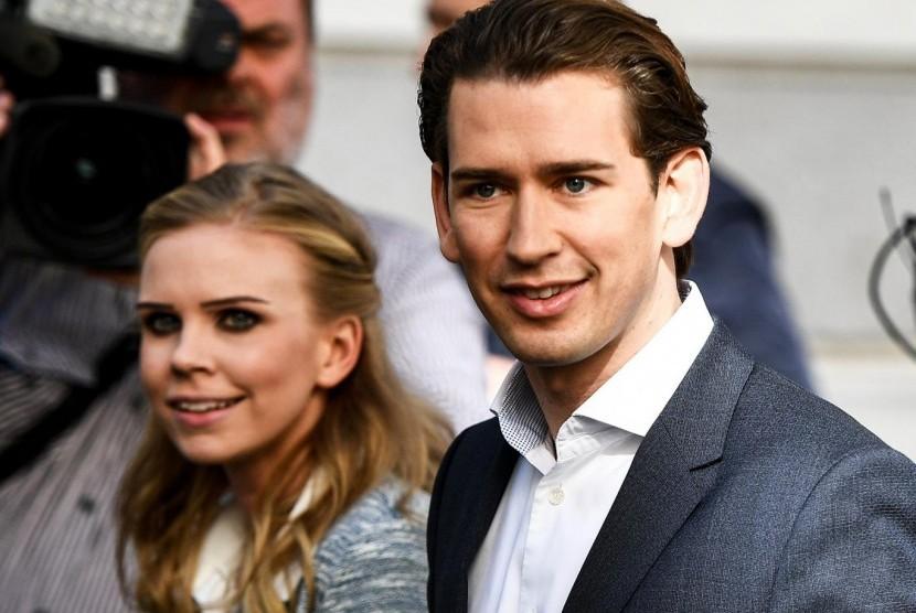 Pemimpin People's Party Austria Sebastian Kurz bersama kekasihnya Susanne Thier setelah memberi suara di pemilu parlemen di Wina, Austria, Ahad (15/10).