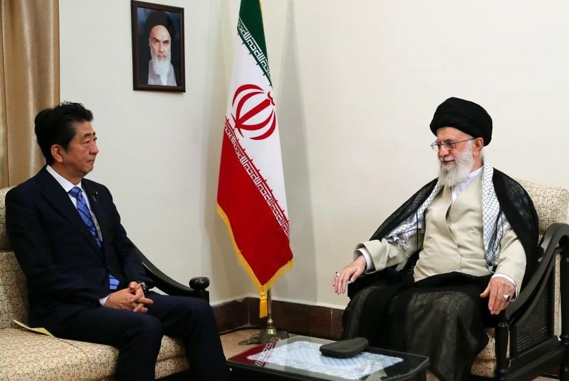 Pemimpin Tertinggi Iran Ali Khamenei (kanan) saat bertemu Perdana Menteri Jepang Shinzo Abe.