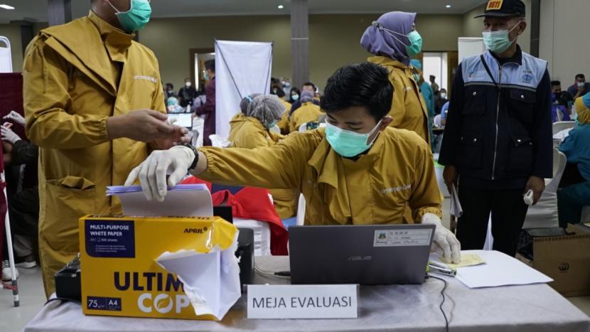 Pemkab Garut menggelar vaksinasi massal di dua titik yakni Gedung Art Center dan Sarana Olahraga (SOR) Ciateul, Sabtu (13/3).