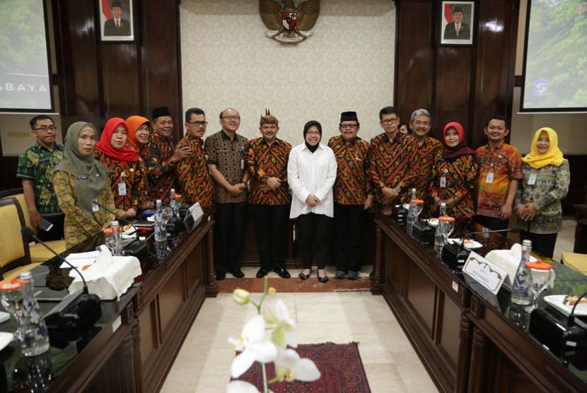 Pemkab Semarang melakukan kunjungan kerja ke Pemkot Surabaya, yang diterima Wali Surabaya Tri Rismaharini di Balai Kota Surabaya, Selasa (16/10).