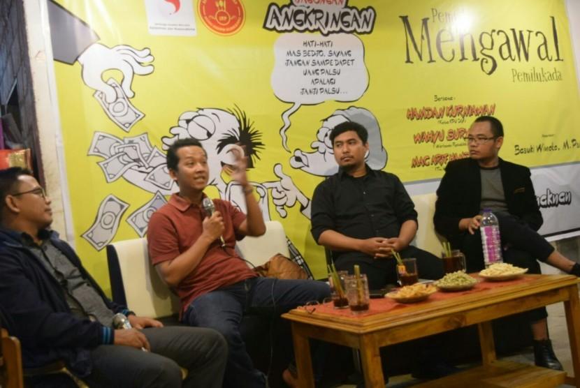 Pemuda Mengawal Pemilu di Angkringan Enaknan, Rabu (28/2).  Jagongan diisi Ketua KPU DIY Hamdan Kurniawan, Jurnalis Republika Wahyu Suryana dan Tim Narasi Mata Najwa Mac Arif Hamdanas.