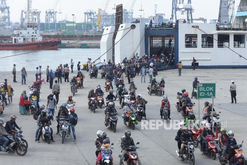 Pemudik arus balik keluar dari KMP Sebuku dengan mengendarai sepeda motor di Pelabuhan Tanjung Priok, Jakarta, Ahad (2/7).