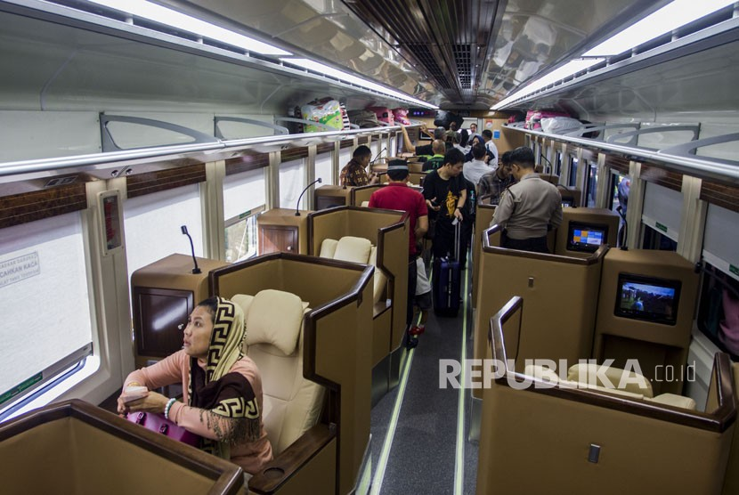 Pemudik beraktivitas dengan fasilitas yang terdapat di dalam gerbong kereta mewah jenis 'sleeper' di Jakarta, Selasa (12/6).