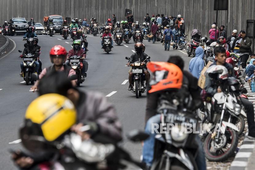 Pemudik berhenti sejenak di semi tunnel lingkar Nagreg, Kabupaten Bandung, Jawa Barat, Selasa (19/6).