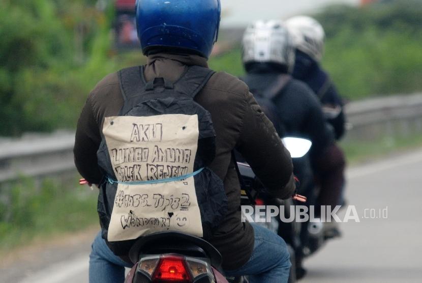 Pemudik bermotor melaju kendaraannya di jalur pantura, Cirebon, Jabar (23/6).