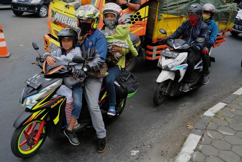 Pemudik bersepeda motor melintasi jalur Pantura di Pekalongan, Jawa Tengah, Rabu (21/6).