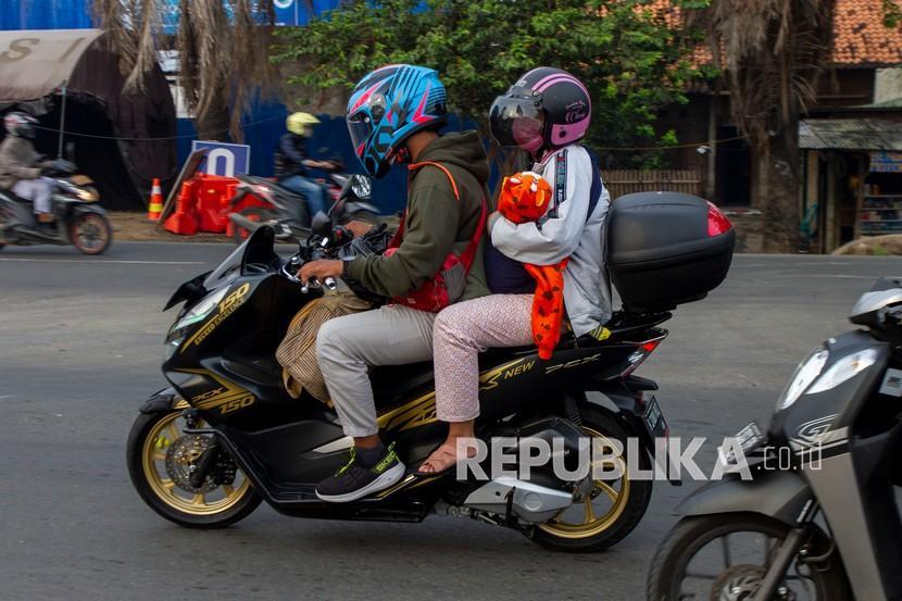 Pemudik bersepeda motor melintasi jalur Pantura, Tanjungpura, Kabupaten Karawang, Jawa Barat, Rabu (5/5/2021).