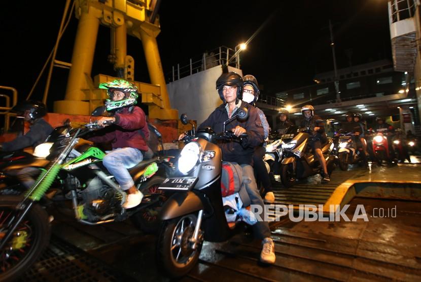 Pemudik dari Bali melintas di Dermaga Pelabuhan Ketapang, Banyuwangi, Jawa Timur, Jumat (16/3).