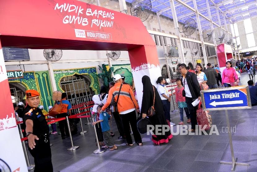 Pemudik memasuki peron Stasiun Pasar Senen, Jakarta, Ahad (18/6).
