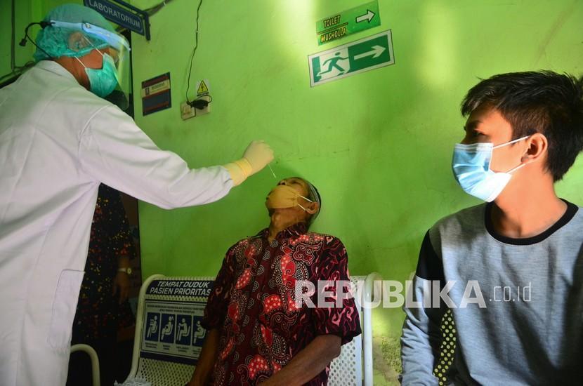 Pemudik tak membawa surat bebas Covid-19 menjalani tes antigen di Pusat kesehatan masyarakat (Puskesmas) Wergu, Kudus, Jawa Tengah, Jumat (7/5/2021).