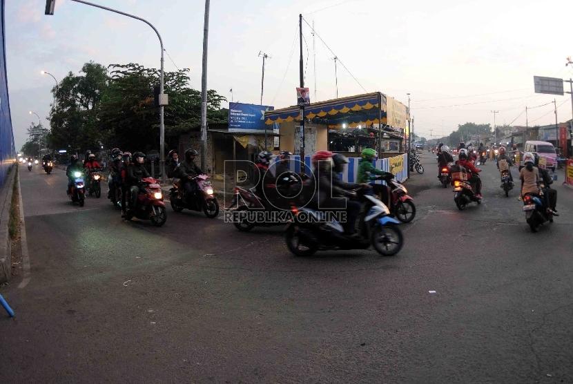 Pemudik motor melintas di jalur alternatif motor di Lamaran, Karawang, Jawa Barat, Selasa (14/7).    (Republika/Agung Supriyanto)