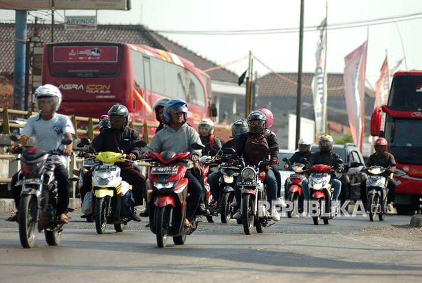 Pemudik sepeda motor melintas di jalur Pantura, Tegal, Jawa Tengah, Selasa (12/6).