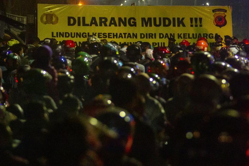 Pemudik sepeda motor terjebak kemacetan saat melintasi posko penyekatan mudik di jalur Pantura Patokbeusi, Subang, Jawa Barat, Selasa (11/5/2021) dini hari. Petugas gabungan memutar balik pemudik yang melintasi jalur pantura Subang pada H-2 jelang Hari Raya Idul Fitri 1442 H.