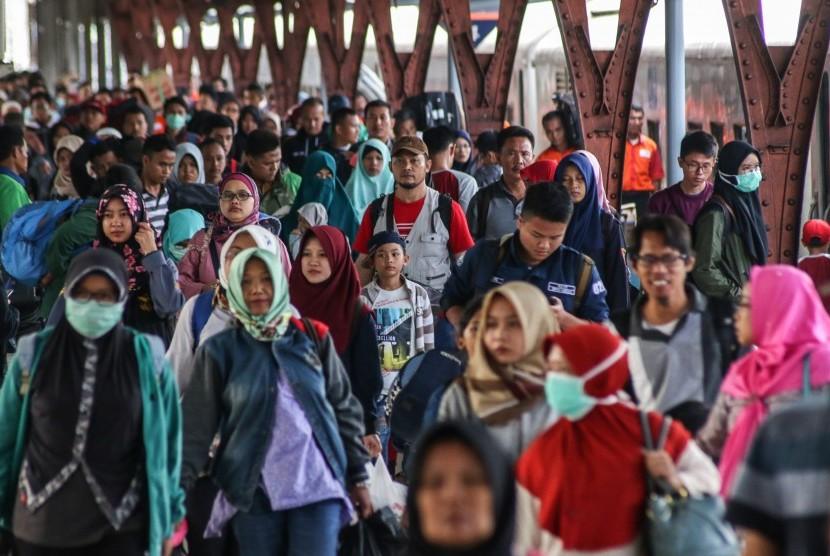 Pemudik tiba di Stasiun Pasar Senen, Jakarta, Sabtu (23/6).