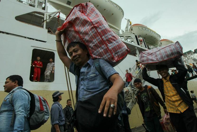 Pemudik turun dari KM Bukit Raya di dermaga Jamrud Utara, Pelabuhan Tanjung Perak, Surabaya, Jawa Timur, Kamis (30/6).