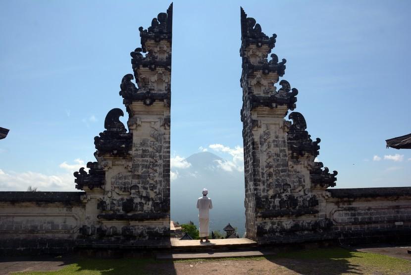 Pemuka Agama Hindu berjalan di Pura Lempuyang dengan latar Gunung Agung di Karangasem, Bali, Rabu (27/9).