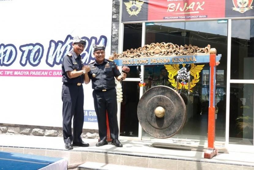 Pemukulan Gong oleh Kepala Kantor Bea Cukai Banyuwangi menjadi tanda telah dicanangkannya WBK/WBBM