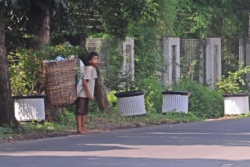 Pemulung cilik berjalan saat mencari sisa sampah di daerah tertinggal (ilustrasi). Bank Dunia melaporkan sekitar 870 juta orang hidup sangat miskin di negara dunia dan jaminan sosial adalah salah satu upaya efektif mengakhiri kemiskinan.